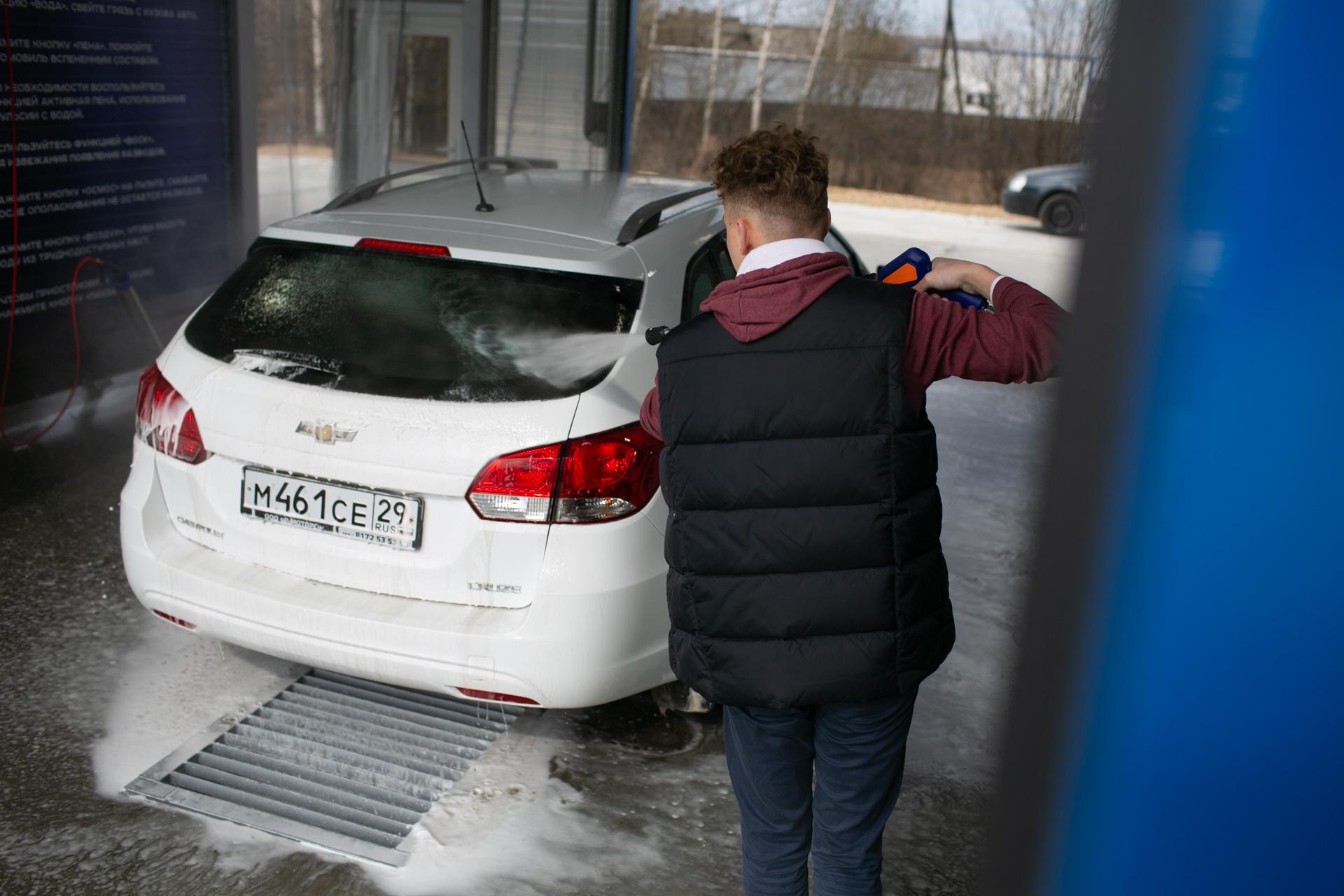 Смыв пены водой на автомойке